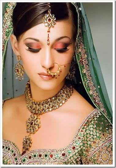 mulher indiana com maquiagem com tom coral